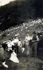 Butêghis, 1936: a dx il padre di Mario (Tommaso) e il fratello Bortolo. La prima donna a dx è Maria la moglie di Bortolo, la seconda è Lucia sorella di Mario. Sotto, parzialmente nascosto, con il berretto, Mario.