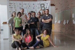 i partecipanti alla bottega radio con Linda Ovena  (la prima seduta a terra da destra)